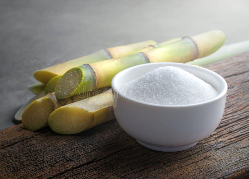 Шар белого сахара с сахарным тростником на деревянной таблице стоковые изображения rf