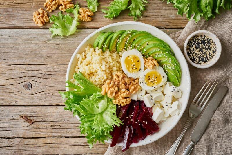 Шар Будды, сбалансированная еда, вегетарианское меню Старая деревянная темная таблица, взгляд сверху, космос экземпляра Яйца, аво стоковые фотографии rf