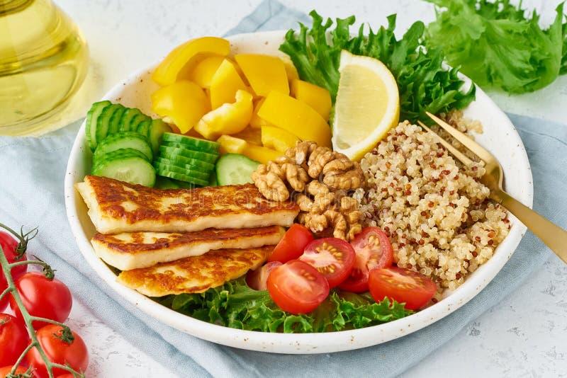 Шар Будды с halloumi, квиноа, салатом салата, vegeterian едой, белой предпосылкой, взглядом сверху стоковые фотографии rf