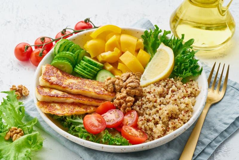 Шар Будды с halloumi, салатом салата, квиноа, сбалансированной едой, белой предпосылкой, крупным планом стоковое изображение rf
