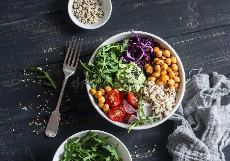 Шар Будды вегетарианца квиноа и пряного нута vegetable еда принципиальной схемы здоровая На темной предпосылке стоковые изображения rf