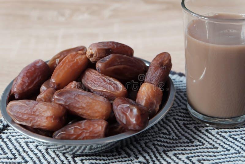 Шар дат плода и стекла чая молока стоковые изображения