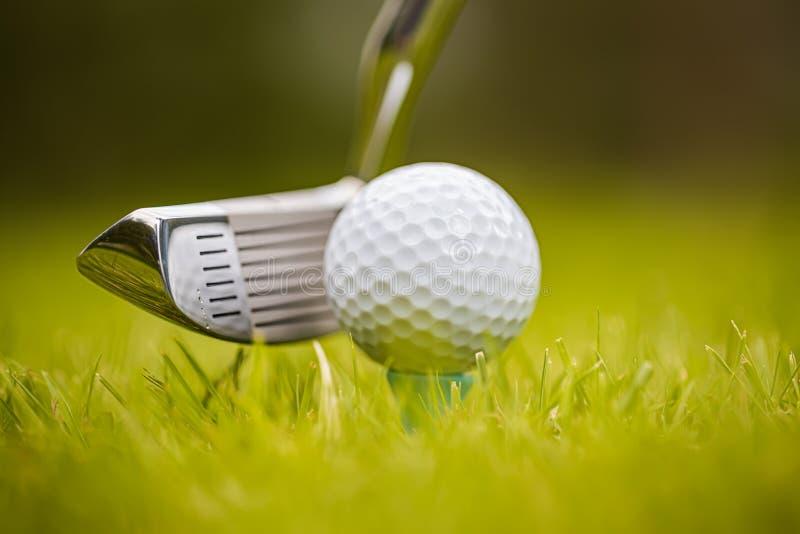 Шар для игры в гольф на тройнике перед водителем стоковая фотография rf