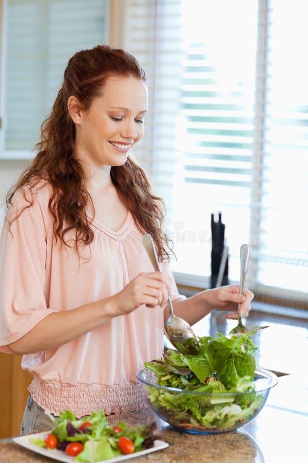 Шар женщины активный салата стоковое изображение