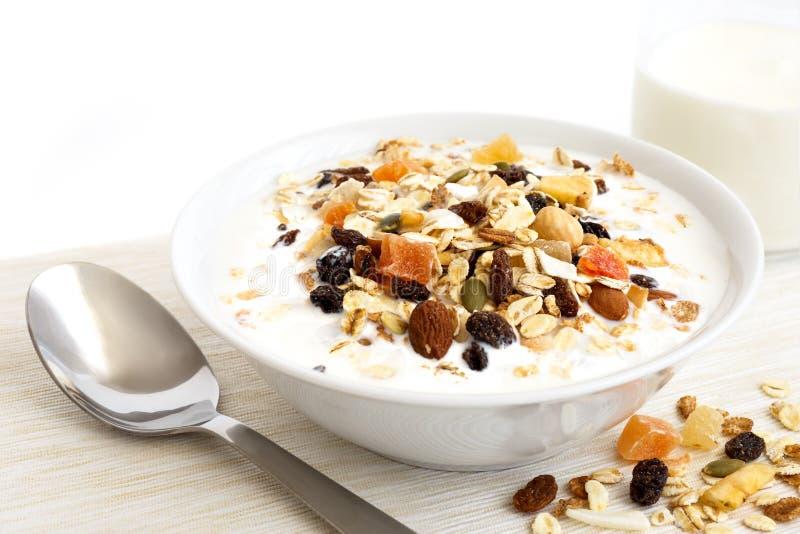 Шар завтрака muesli плодоовощ и гайки стоковое фото rf