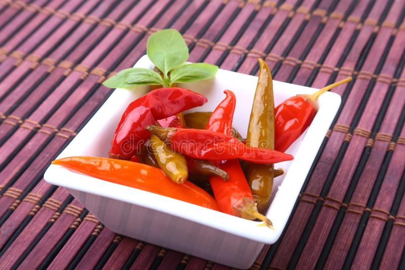 Шар замаринованных накаленных докрасна перцев chili на деревянной предпосылке стоковое фото rf