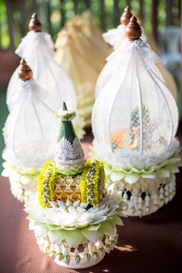 Шар захвата для тайской церемонии захвата комплект цены невесты, сделанный от лист банана и гирлянды в тайской свадебной церемони стоковые изображения rf