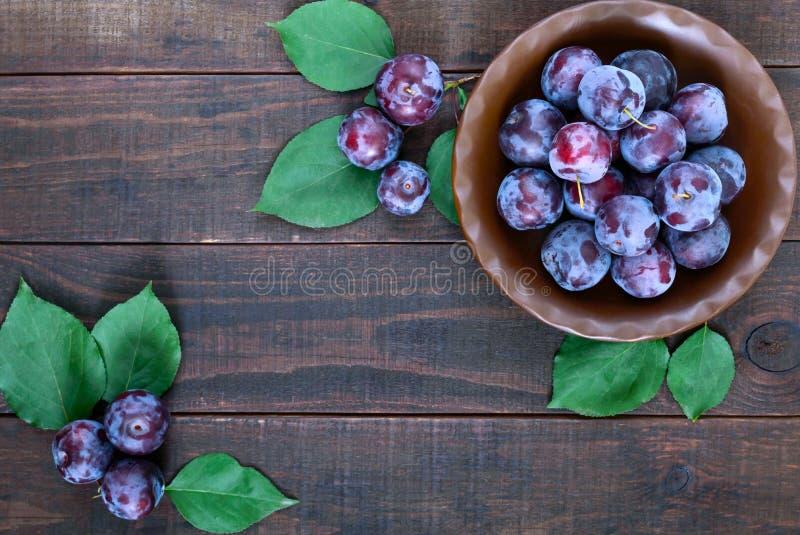 Шар зрелой голубой сливы вишни слив на темной деревянной предпосылке стоковые изображения rf