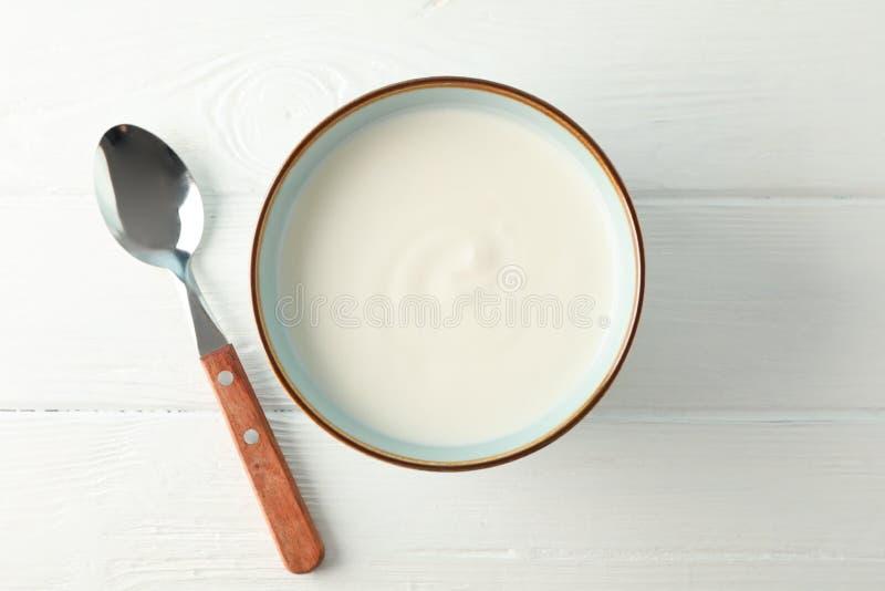 Шар йогурта сметаны с ложкой стоковое изображение rf