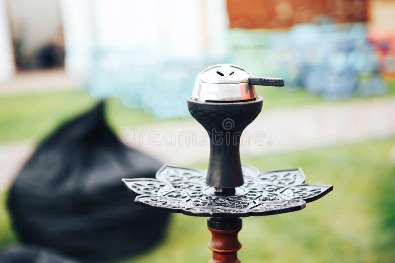 Шар кальяна Черный роскошный кальян Деталь кальяна Кальян на открытом воздухе в лете стоковая фотография