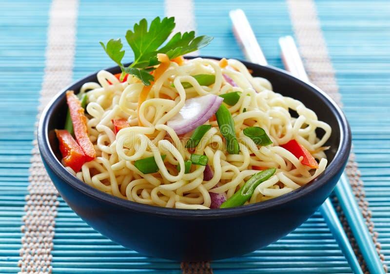 Шар китайских лапшей с овощами стоковая фотография