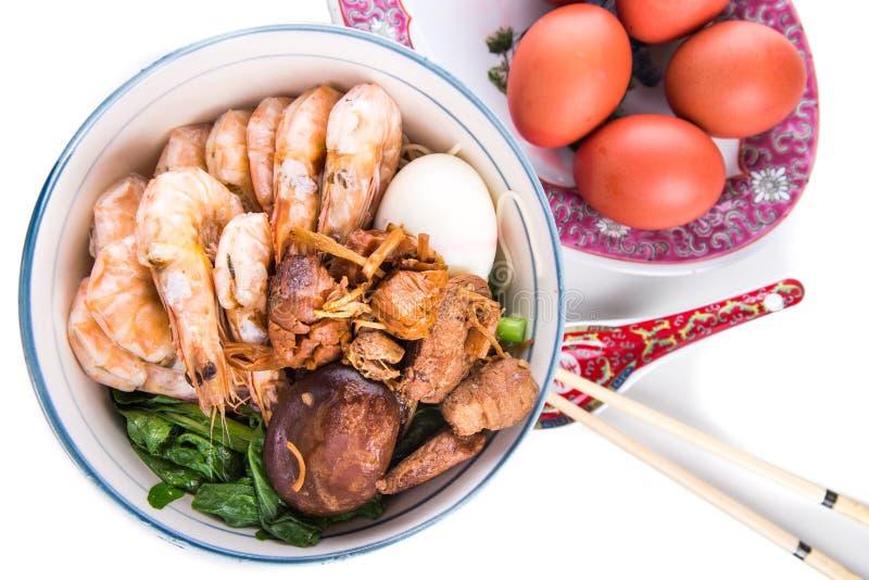 Шар китайской лапши дня рождения с морепродуктами, мясом, красными яичками стоковые фото