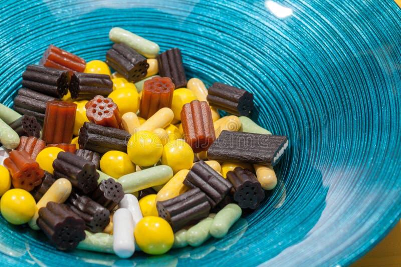 Шар обслуживания Сладостная лакрица конфеты соединяет в современном голубом шаре стоковая фотография