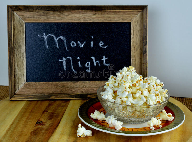 Шар попкорна на ночь кино стоковое фото