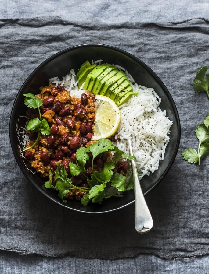 Шар риса с пряными семенить фасолями тушеным мясом мяса с cilantro и авокадоом на серой предпосылке стоковое изображение rf