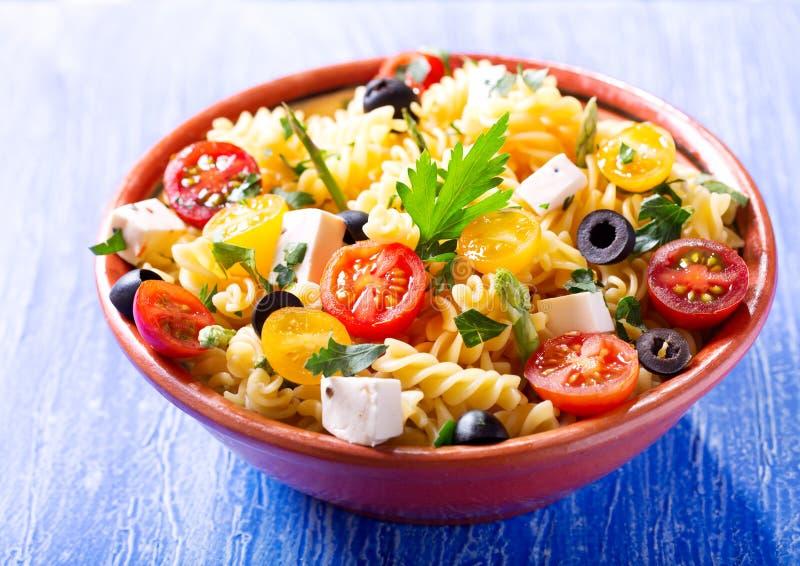 Шар салата макаронных изделий с овощами стоковые изображения