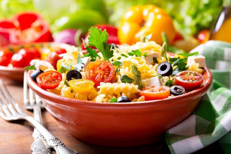 Шар салата макаронных изделий с овощами стоковое изображение