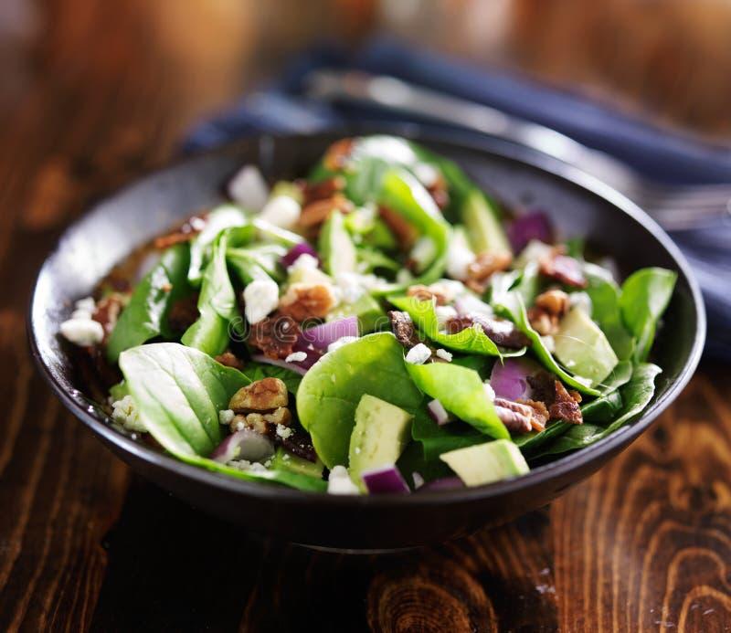 Шар свежего салата шпината авокадоа стоковые фотографии rf