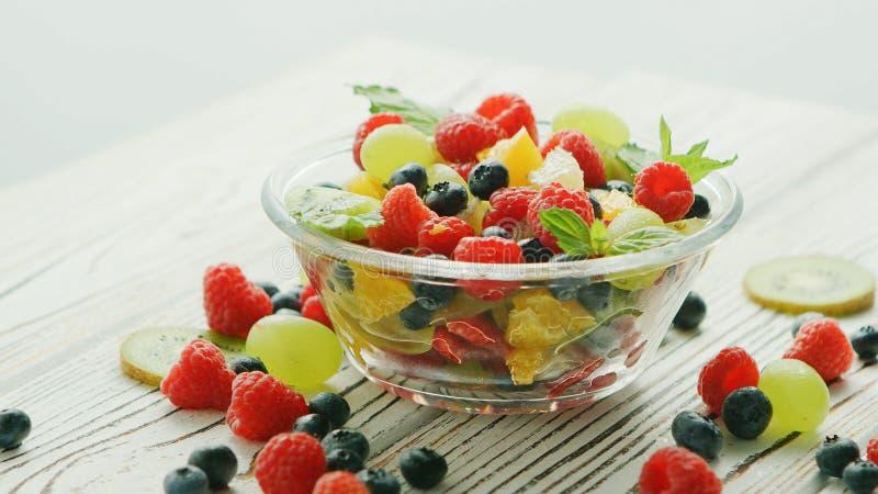 Шар смешивания и ягод плодоовощ стоковые фотографии rf