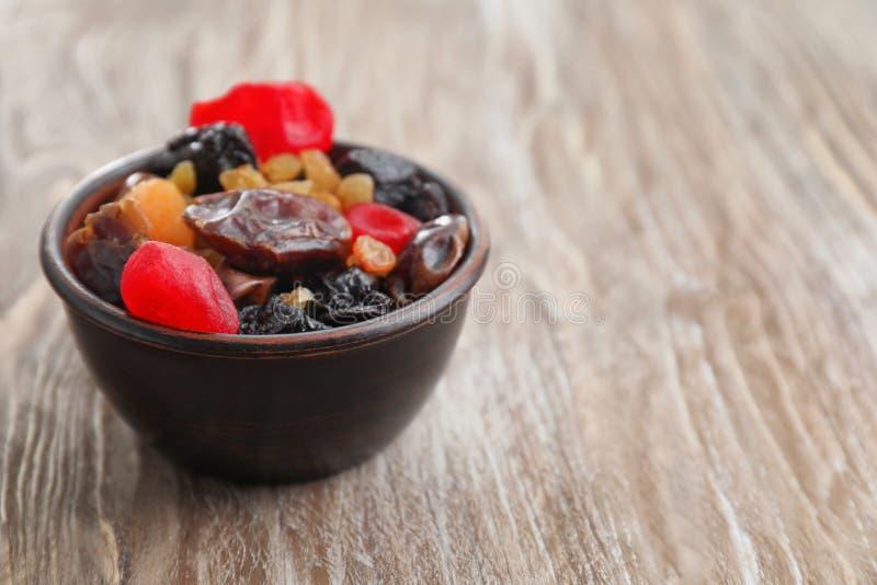 Шар со смешиванием высушенных плодов и ягод на деревянной предпосылке стоковое изображение