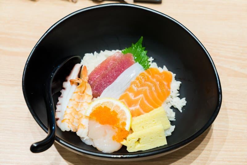 Шар суш Chirashi с salmon креветкой тунца служил с Wasabi стоковые изображения