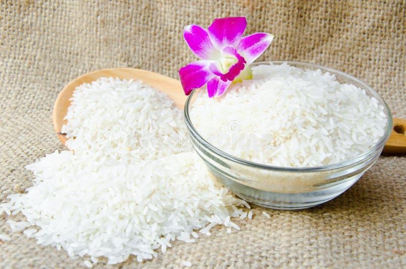 Шар сырцового тайского риса жасмина и деревянного ковша стоковое фото rf