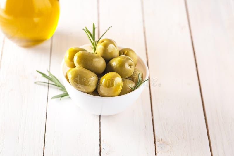Шар с законсервированными оливками на белой предпосылке стоковое фото rf
