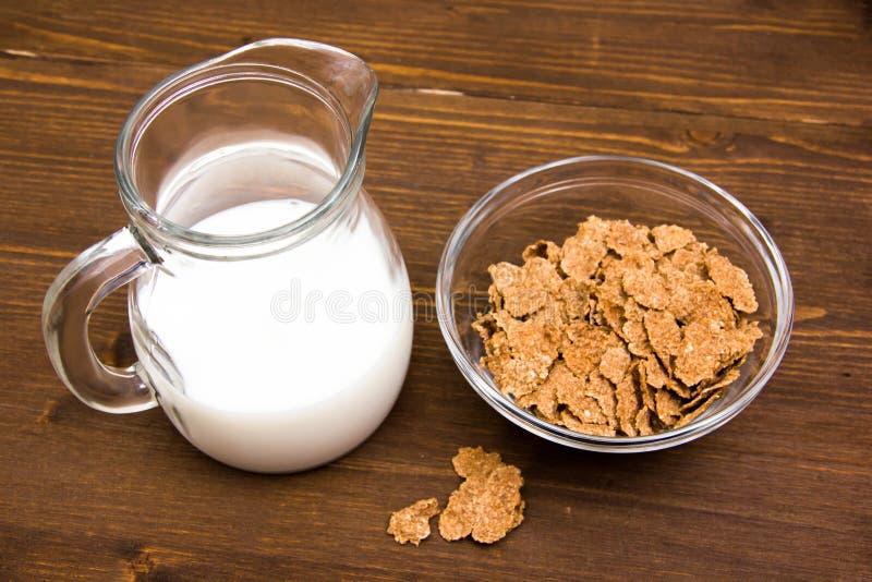 Шар с кувшином хлопьев и молока на древесине стоковая фотография rf