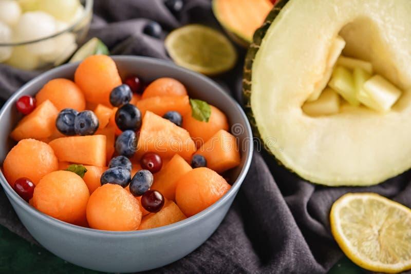 Шар с очень вкусными шариками и ягодами дыни на таблице, крупном плане стоковые изображения rf