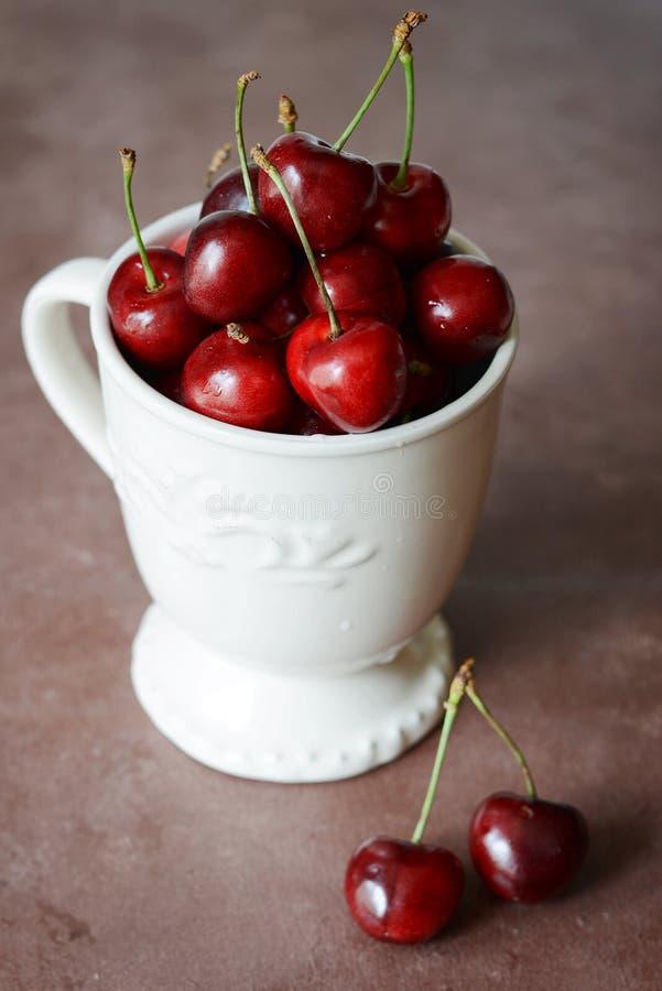 Шар с свежими вишнями на темной предпосылке помадка вишен зрелая еда принципиальной схемы здоровая Вишни в керамическом шаре стоковые изображения
