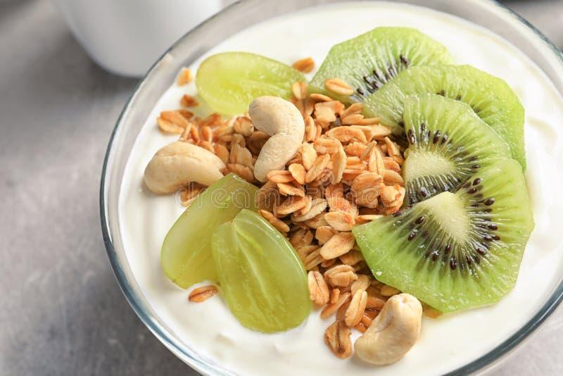 Шар с югуртом, плодоовощами и granola на таблице стоковое изображение rf
