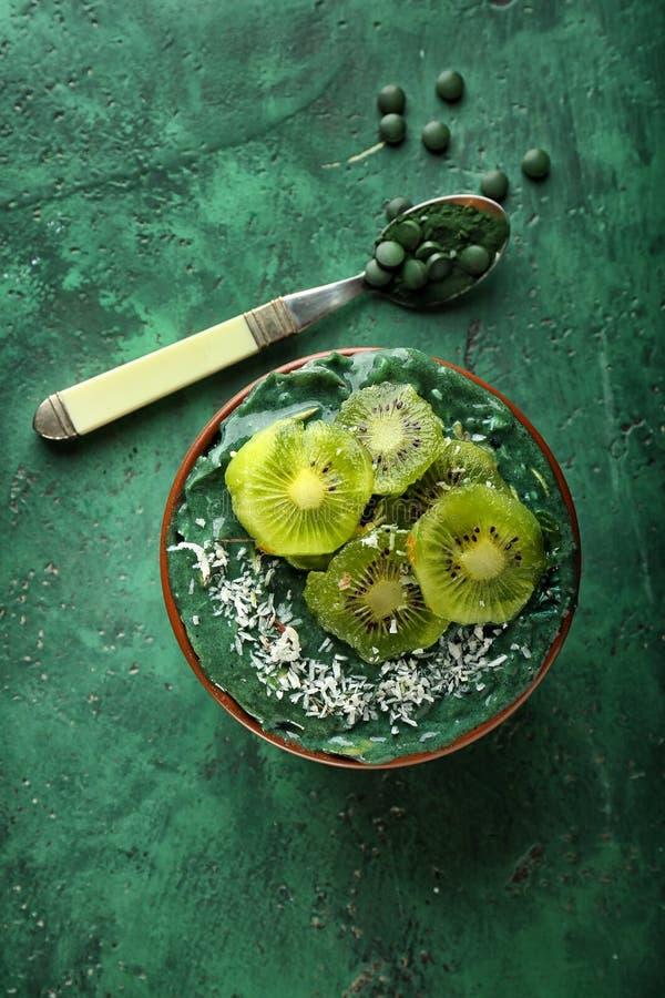 Шар с smoothie spirulina на таблице цвета стоковое фото rf