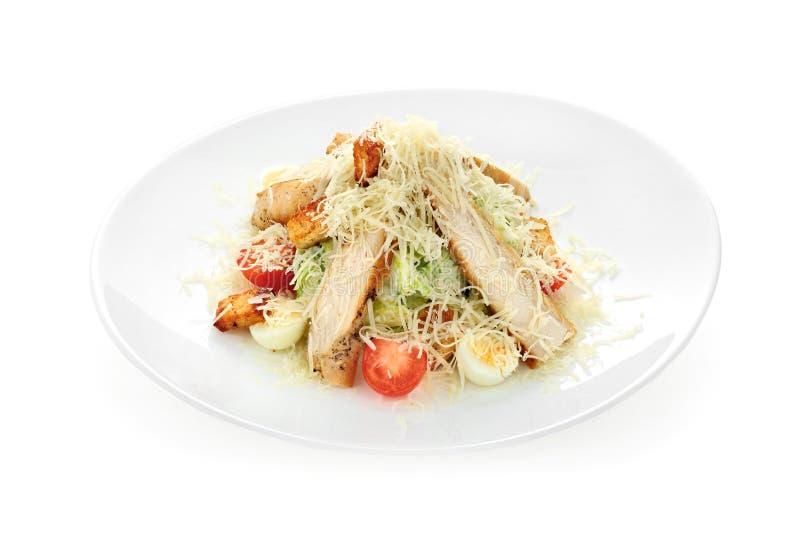 Шар традиционного салата цезаря с цыпленком и бекона изолированного на белой предпосылке стоковая фотография