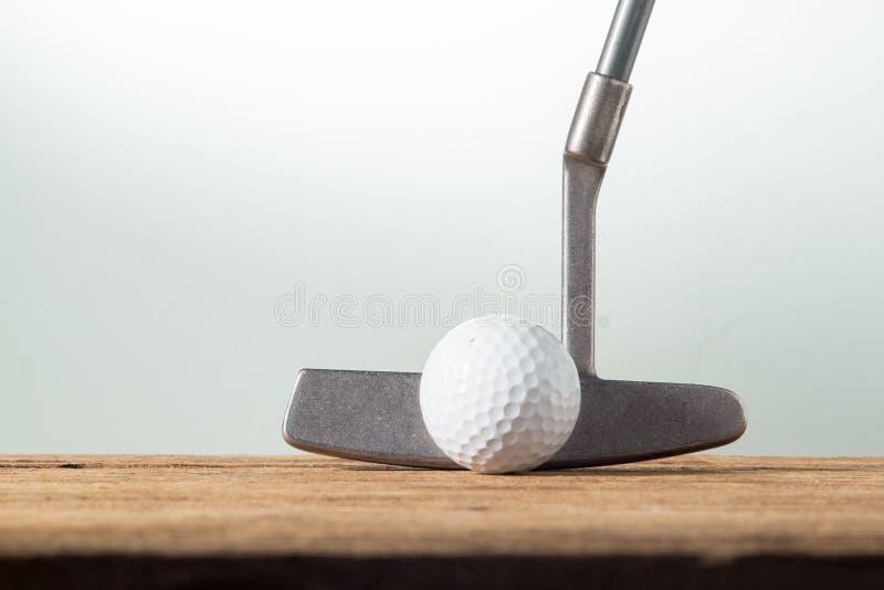 Шар для игры в гольф и коротка клюшка стоковые фотографии rf
