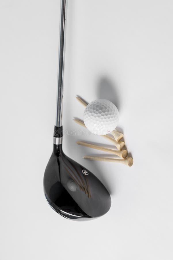 Шар для игры в гольф, клуб и тройник стоковая фотография rf