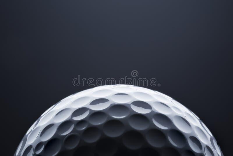 Шар для игры в гольф макроса на синей предпосылке, космосе для текста стоковая фотография