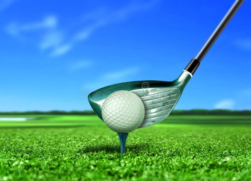 Шар для игры в гольф на тройнике под голубым небом стоковые фотографии rf