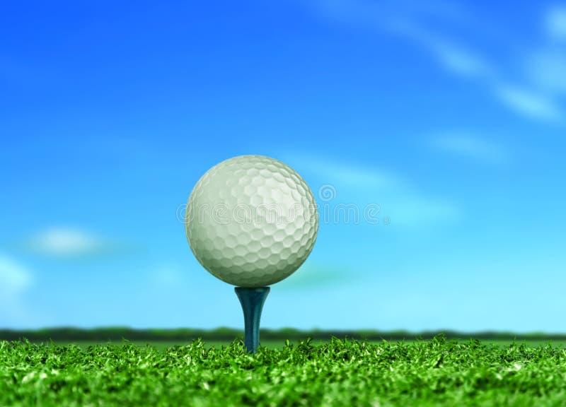Шар для игры в гольф на тройнике под голубым небом стоковые изображения rf