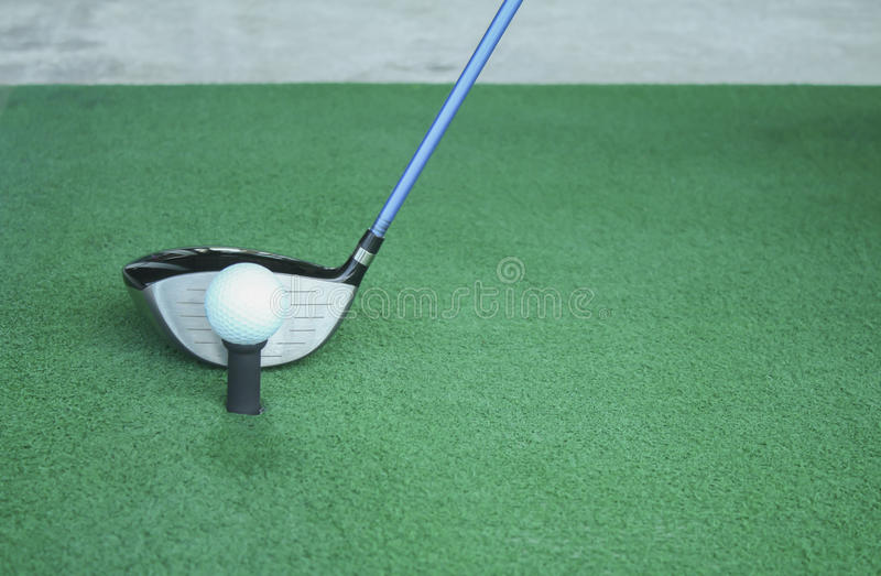 Шар для игры в гольф на тройнике с клубом водителя, перед водителем, управляя r стоковые фотографии rf