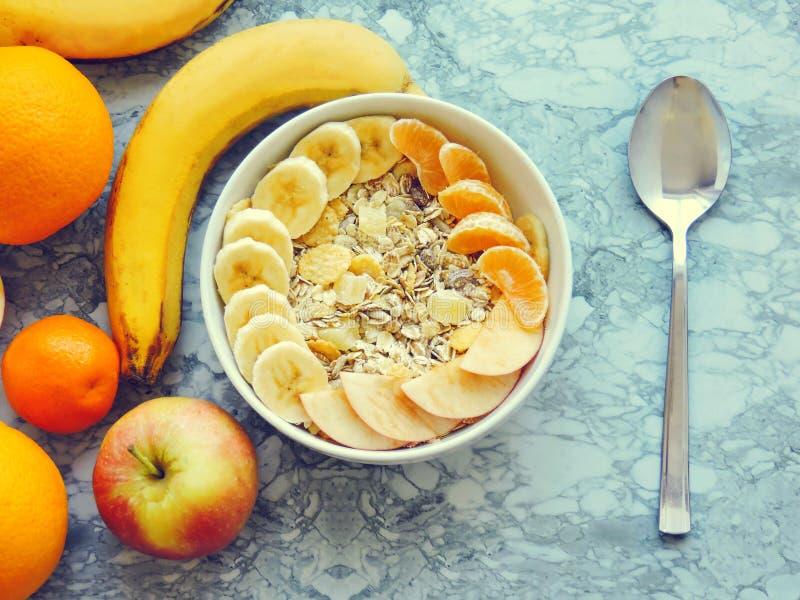 Шар muesli завтрака фитнеса с отрезанным бананом Завтрак Muesli с изюминками хлопьев овсяной каши стоковое изображение rf