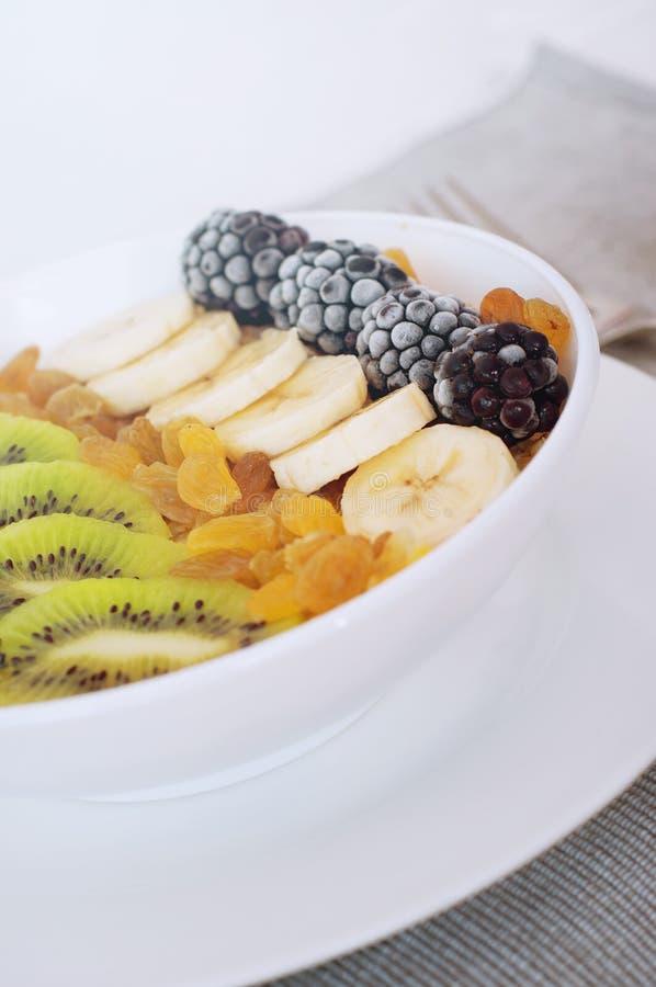 Шар smoothie овсяной каши изюминки dewberry банана кивиа стоковые фото