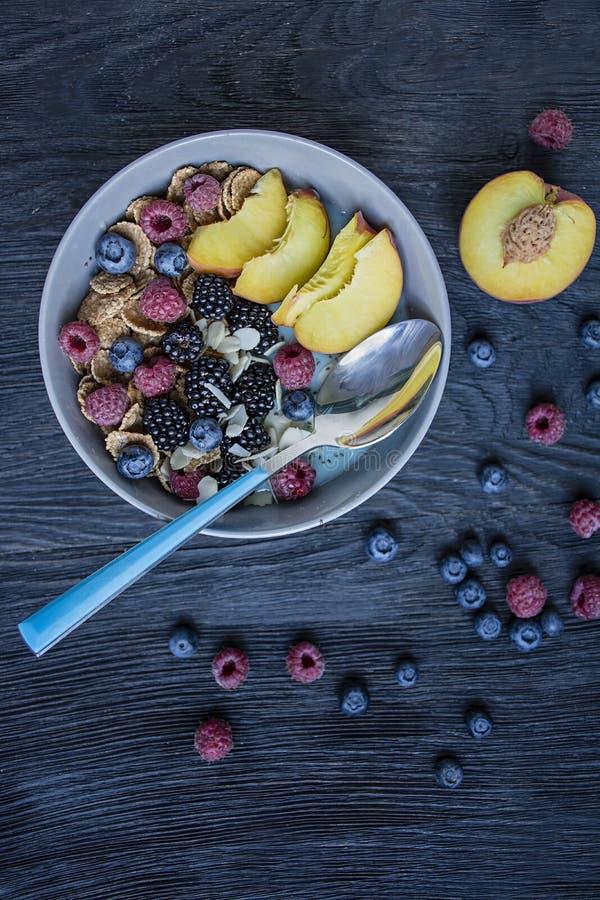 Шар Smoothie со свежими ягодами, семенами chia, плодом и миндалинами Набор ягод поленики, персика, голубик r стоковые фотографии rf