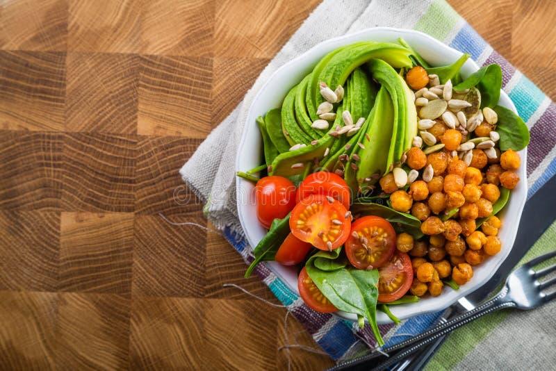 Шар Vegeterian Будды - сбалансированное мясо с шпинатом, горохом цыпленка и авокадоом стоковое изображение