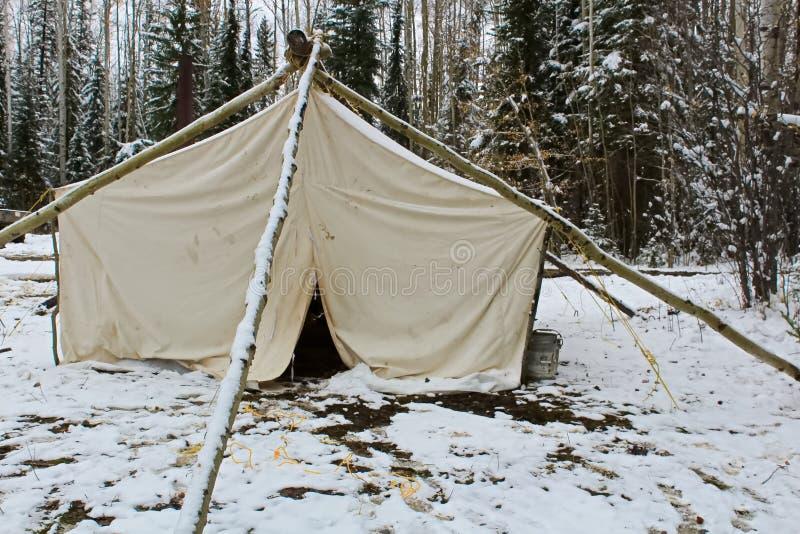 Шатер лагеря звероловства в зиме стоковые фотографии rf