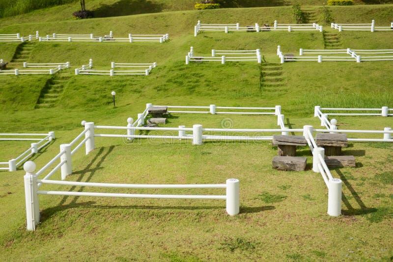 Шатер двора на зеленом поле стоковое фото