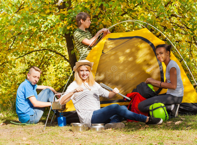 Шатер желтого цвета строения подростков во время дня осени стоковые фотографии rf