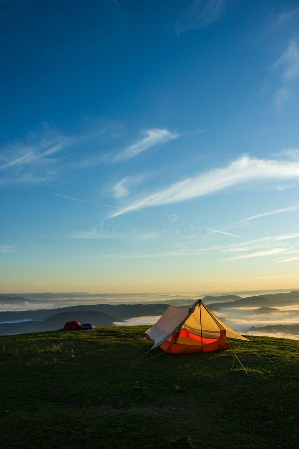 Шатер на верхней части горы стоковая фотография rf