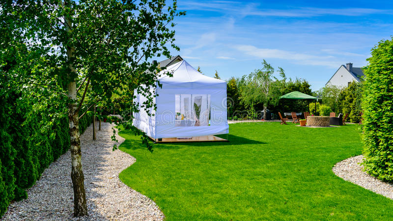 Шатер партии - шатер развлечений приём гостей в саду или свадьбы в moder стоковое фото rf