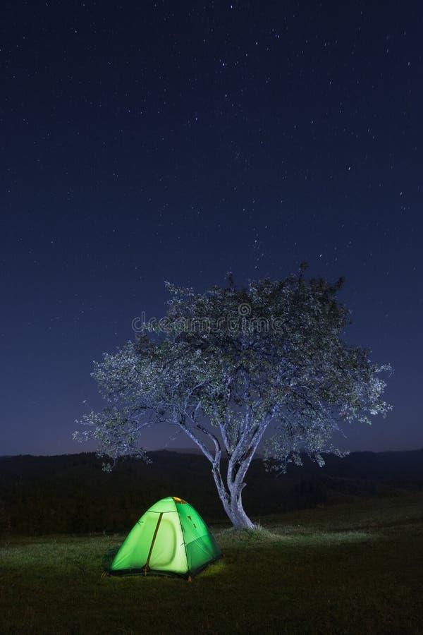 Шатер перемещения под звездами стоковая фотография