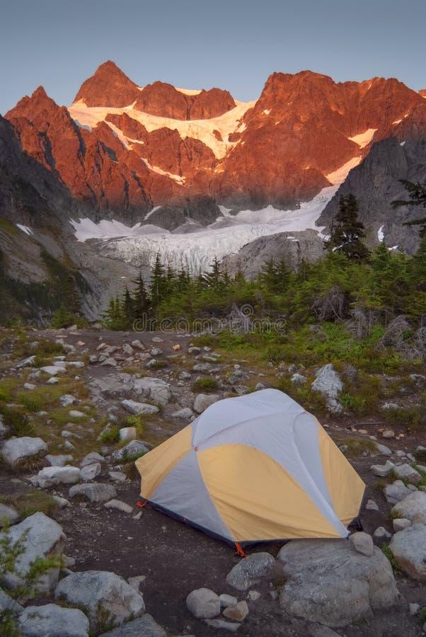 Шатер располагаясь лагерем на озере Энн и леднике Кертис на ноге наводя держателя Shuksan стоковое изображение